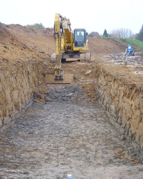 Grue qui creuse une tranchée pour du terrassement